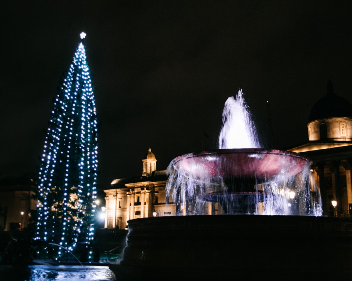 Trafalgar Square Christmas tree, a historical tradition in London. Find all the best places to see Christmas lights in London here plus a free map!