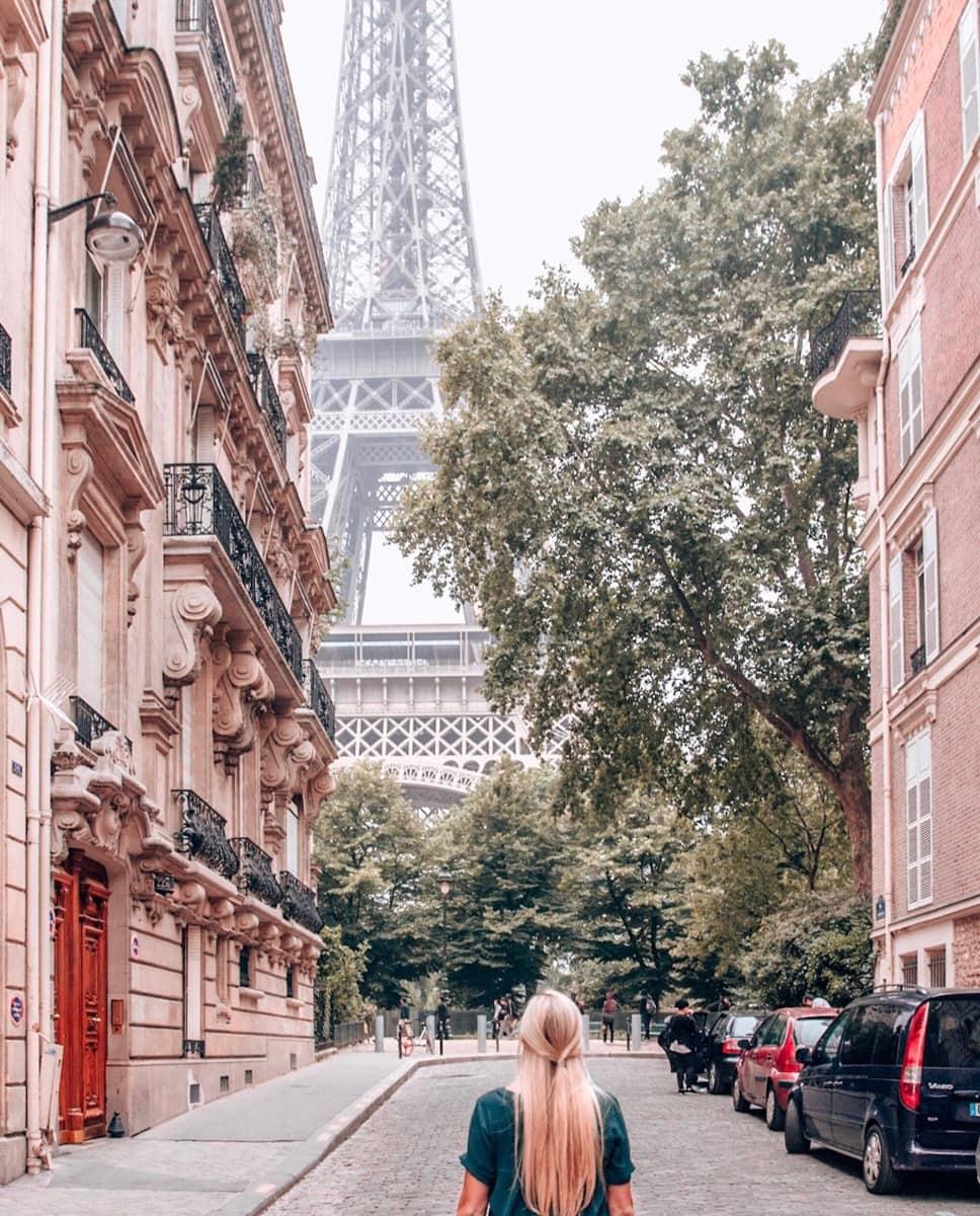 Rue de la Universidad in Paris and the Eiffel Tower